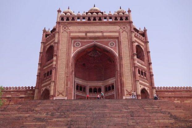 L'entrée de la mosque Jama Mosque est superbe. A plus de 50m de hauteur. photo blog voyage tour du monde https://yoytourdumonde.fr