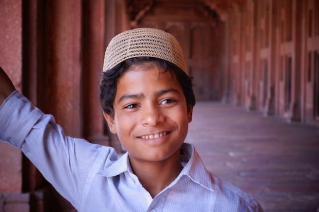 Portrait d'un musulman venu prier dans la Mosquée Jama de Fatehpur Sikri en Inde. Photo voyage tour du monde https://yoytourdumonde.fr