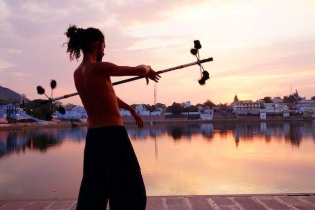 les hippies sont tres nombreux pres du lac sacre de puskar et des ghats avec lerus rubans ou leurs musiques pour assister au coucher du soleil photo blog voyage tour du monde https://yoytourdumonde.fr
