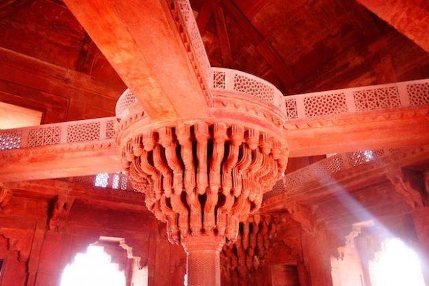 Vous allez decouvrir une magnifique colonne dans le palais d'akbar à Fatehpur Sikri en Inde. Photo voyage tour du monde https://yoytourdumonde.fr