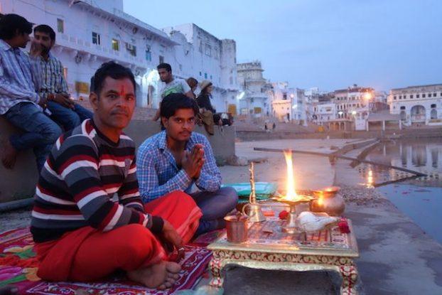 Les Indiens sont tres croyants pres de 90% de la population croit en les dieux. Il y a plus de 350 millions de Dieux dans la religion Hindouiste. Photo prise sur lac sacrée de Pushkar ville avec temple Brahma photo voyage tour du monde https://yoytourdumonde.fr
