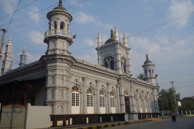 Du temps de la colonisation britannique la ville de Mawlamyine fut la capitale de la birmanie. De superbe batiments coloniaux sont donc present dans la ville photo blog tour du monde https://yoytourdumonde.fr