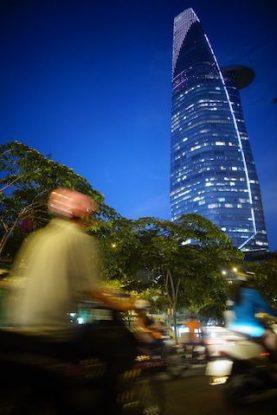 Vietnam: Indiscutablement Saigon est une très belle ville de nuit avec les grattes ciels illuminés.