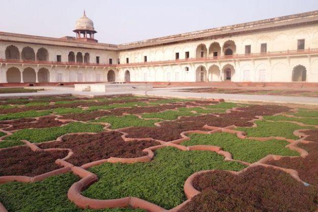 A l'interieur du fort Agra en Inde vous pouvez decouvrir de magnifique baitments et jardin photo blog voyage tour du monde https://yoytourdumonde.fr
