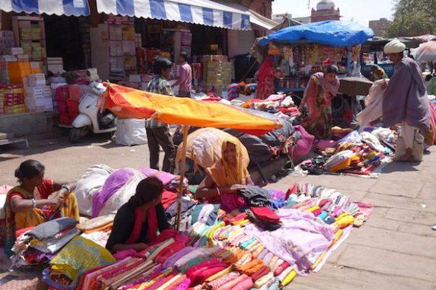 Des indiens vendent des produits sur le Sardar market de Jodhpur photo voyage tour du monde https://yoytourdumonde.fr