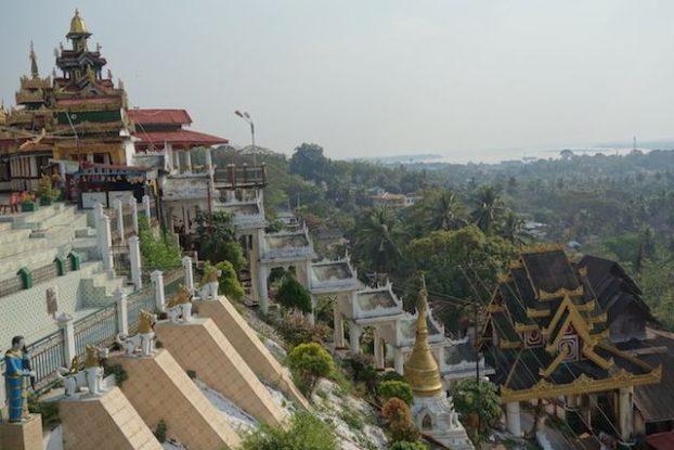 Temple bouddhiste sur une colline de Mawlamyine. photo blog voyage tour du monde https://yoytourdumonde.fr
