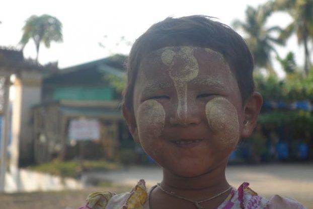 portrait d'une jeune birmane qui a du thakana sur le visage du coté de Mawlamyine photo blog voyage tour du monde https://yoytourdumonde.fr