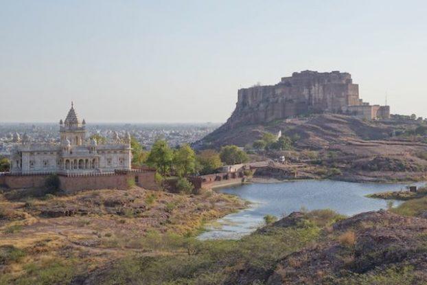 La citadelle Mehrangarh de Jodhpur a été construite directement à même la montagne et le spectacle est vraiment magnifique photo blog voyage tour du monde https://yoytourdumonde.fr