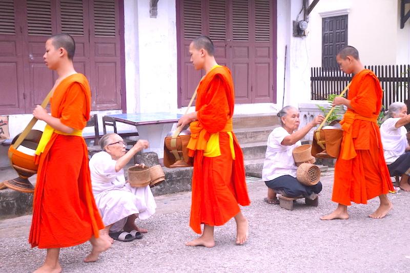 Moines bouddhistes cérémonie aumone laos luang prabang photo blog voyage tour du monde http://yoytourdumonde.fr