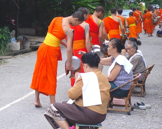 Cérémonie de l'aumône avec les moines bouddhistes à Luang Prabang au Laos photo blog voyage tour du monde http://yoytourdumonde.fr