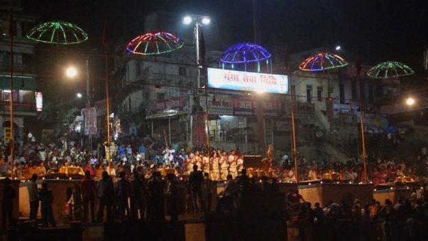 La ferveur religieuse à Varanani se manifeste surtout le soir pour la bénédiction du Gange. Photo blog voyage tour du monde https://yoytourdumonde.fr