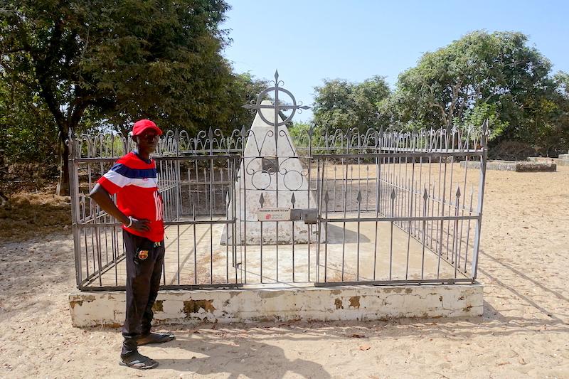 Tombe du capitaine Protet, celui qui a fondé la ville de Dakar photo blog voyage tour du monde https://yoytourdumonde.fr