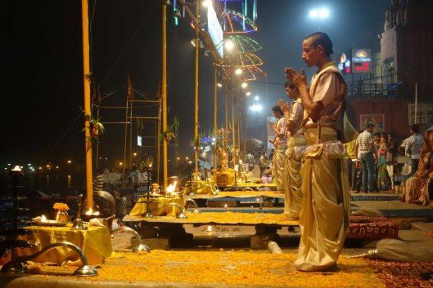 Ceremonie du coté de Desaswamedht Ghat à Varanasi. Photo blog voyage tour du monde. https://yoytourdumonde.fr