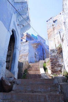 Les rues et les ruelles font un jeu de labyrinthe du coté de Jodpur en Inde dans l'etat du rajastahn photo blog voyage tour du monde https://yoytourdumonde.fr