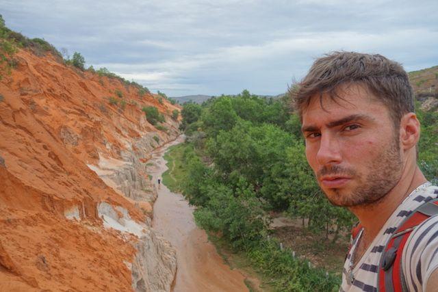 yohann taillandier le long de la riviere Suoi Tien dans le sud du vietnam dans la ville de Mui Ne blog http://yoytourdumonde.fr