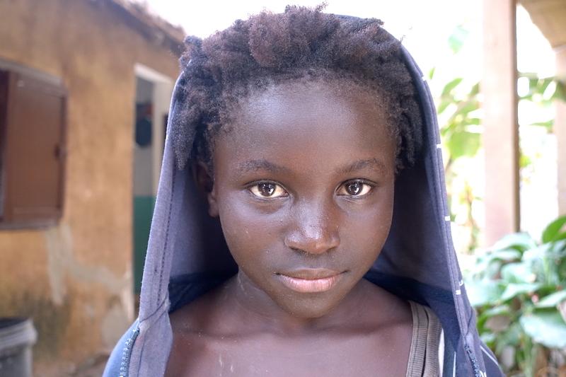 Une habitante de Carabane. Quel regard! Photo blog voyage tour du monde https://yoytourdumonde.fr