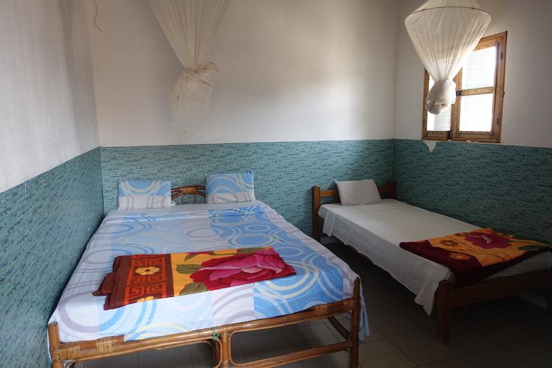 Ma chambre au campement le Barracuda sur l'ile de Carabane au Sénégal en Afrique photo blog voyage tour du monde https://yoytourdumonde.fr