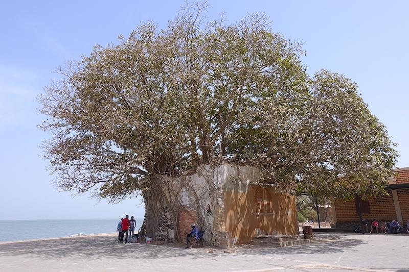 Batiment construit durant l'époque coloniale à Carabane au Sénégal en Afrique photo blog voyage tour du monde https://yoytourdumonde.fr