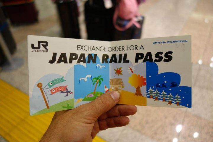 Le sésame des touristes au Japon se nomme le Japan Rail Pass il vous permet de voyager en train, bus et métro. Photo blog voyage tour du monde https://yoytourdumonde.fr