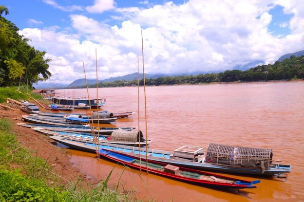 Le Mekong traverse la superbe ville de Luang Prabang photo blog voyage tour du monde https://yoytourdumonde.fr