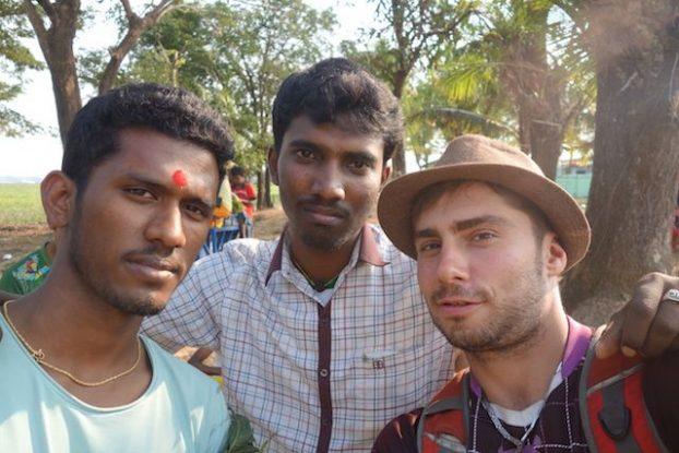 etudiant birmans qui m'ont expliqué comment ils vivaient dans cette communauté hindouiste en birmanie photo voyage tour du monde https://yoytourdumonde.fr