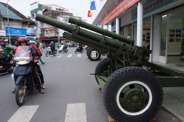 Vietnam - Dalat: La ville est complétement enclavée par les montagnes! Une chance, elle n'a donc pas été touché par les nombreux bombardements. Mais il reste encore quelques canons!