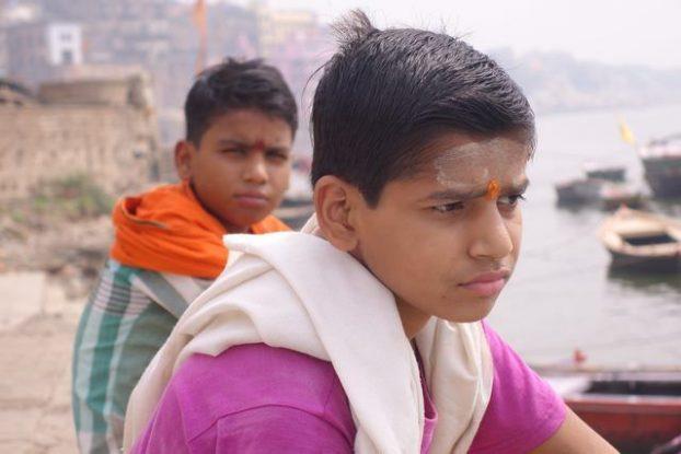 Photos de deux hindouistes dans les eaux du Gange à Varanasi ou Benares. Photo blog https://yoytourdumonde.fr