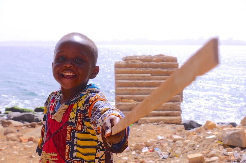 Rencontre avec un local sur l'ile de Gorée photo blog voyage tour du monde sénégal https://yoytourdumonde.fr