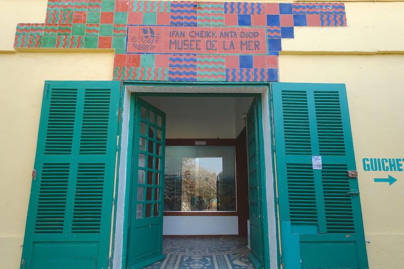 Entrée du très jolie musée de la mer à Gorée photo blog voyage tour du monde sénagal https:/yoytourdumonde.fr