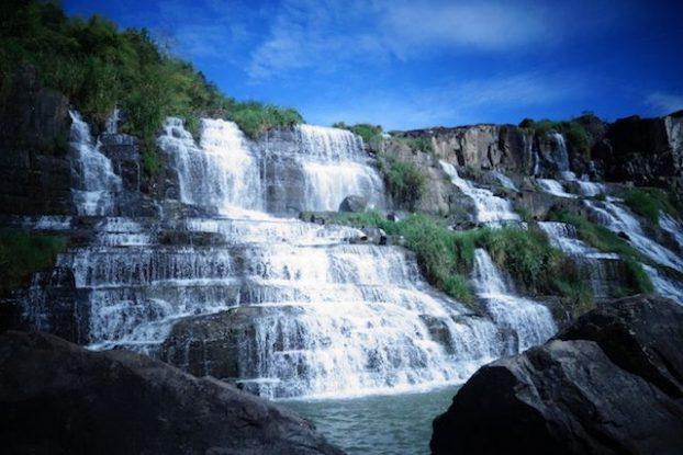 Vietnam - Dalat: Il vous faut visiter absolument à une trentaine de kilomètre de Dalat les cascades d'Elephant Falls! Une journée de marche et de découvertes dans le Vietnam rural.