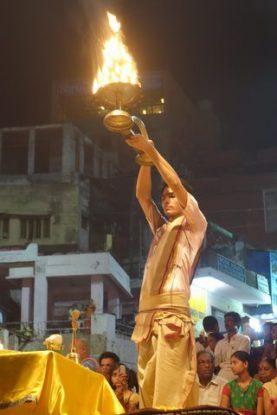 Ceremonie avec des religieux hindouistes du coté de Varanasi. Photo blog: https://yoytourdumonde.fr