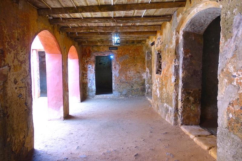 Entrepôt ou cachot pour esclaves dans la Maison des Esclaves à Gorée? Photo blog voyage tour du monde sénégal https://yoytourdumonde.fr