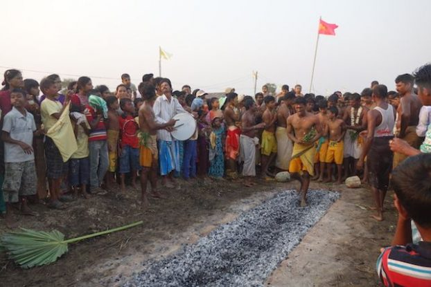 Lorsque les indiens marchent sur les braises la temperature est de 700 degres ceremoinie hindouiste photo blog voyage tour du monde https://yoytourdumonde.fr