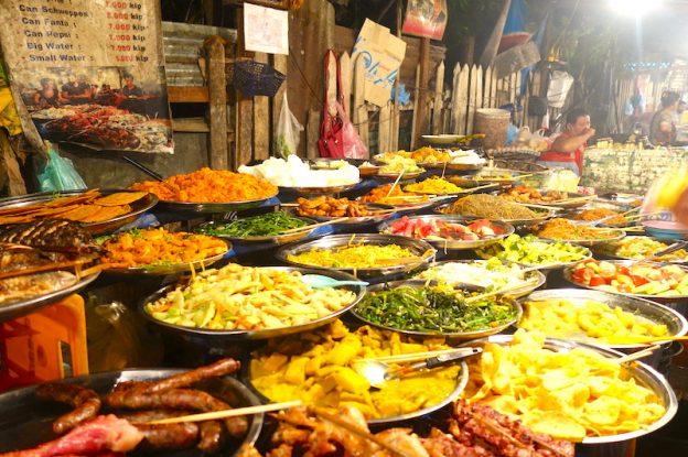 Beaucoup à manger à Luang Prabang avec marché de rue et restaurant photo blog voyage tour du monde https://yoytourdumonde.fr