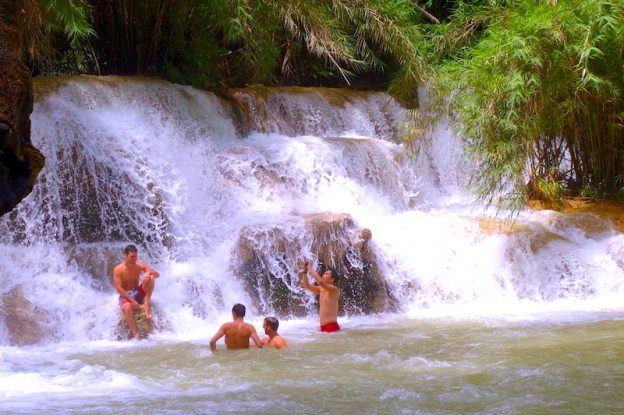 Cascade de Kuang Si falls à Luang Prabang photo blog voyage tour du monde https://yoytourdumonde.fr