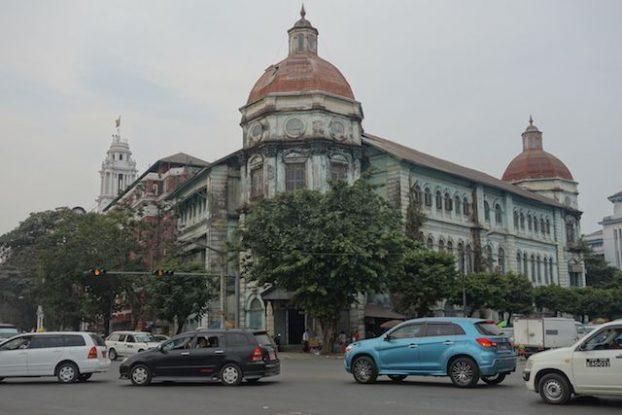 Les façades de nombreux batiments coloniaux sont delabrée dommage parce que Yangon pourrait être une magnifique ville photo rangoon voyage tour du monde https://yoytourdumonde.fr