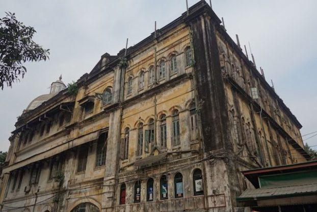 La Birmanie devrait se developper par le tourisme et Rangoon devrait faire un bon economique mais il faut refaire les façades des batiments coloniaux photo blog voyage tour du monde https://yoytourdumonde.fr