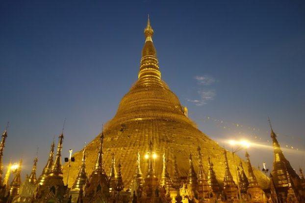 La Pagode Shwedagon se prete parfaitement à la meditation en compagnie des moines bouddhistes photo blog voyage https://yoytourdumonde.fr
