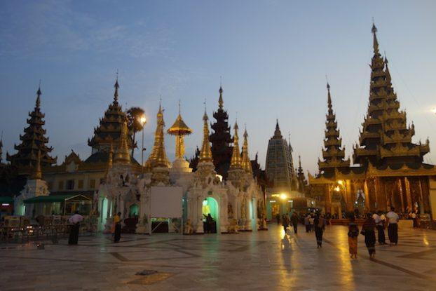 La Pagode Shwedagon avec les autres petits stupa un endroit magnifique a regarder mais aussi pour mediter photo blog voyage https://yoytourdumonde.fr