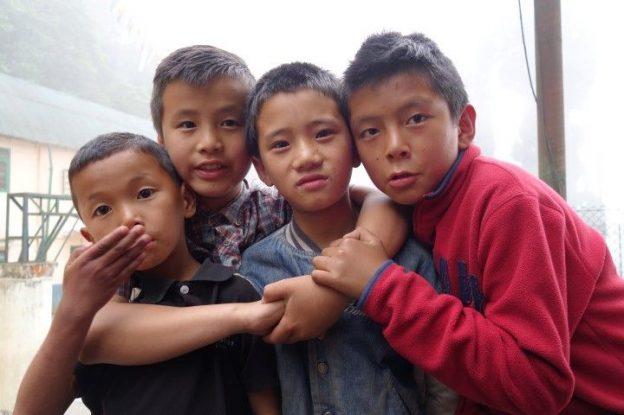 Des enfants tibetains dans l'ecole de Darjeeling en inde photo blog voyage tour du monde https://yoytourdumonde.fr