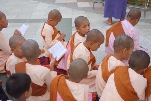 Il n'y a pas que les hommes qui peuvent entrer dans des temples a vie pour mediter en compagnie de Bouddha. Les filles aussi le peuvent. photo blog voyage tour du monde https://yoytourdumonde.fr