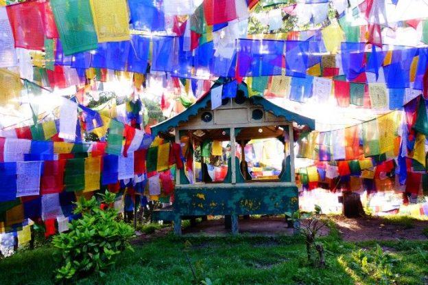 Le magnifique Mahakal Temple à Darjeeling en Inde avec drapeaux tibetains photo blog voyage tour du monde https://yoytourdumonde.fr
