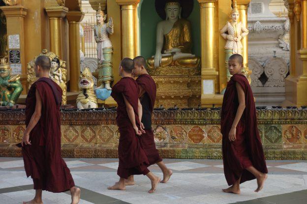 A rangoon dans la Pagode Shwedagon les moines bouddhistes deambules entre les differents temples pour aller mediter en compagnie du Bouddha. photo blog voyage https://yoytourdumonde.fr