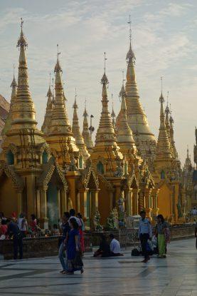 La Pagode Shwedagon avec son architecture superbe de ce lieu saint a rangoon photo blog voyage tour du monde https://yoytourdumonde.fr