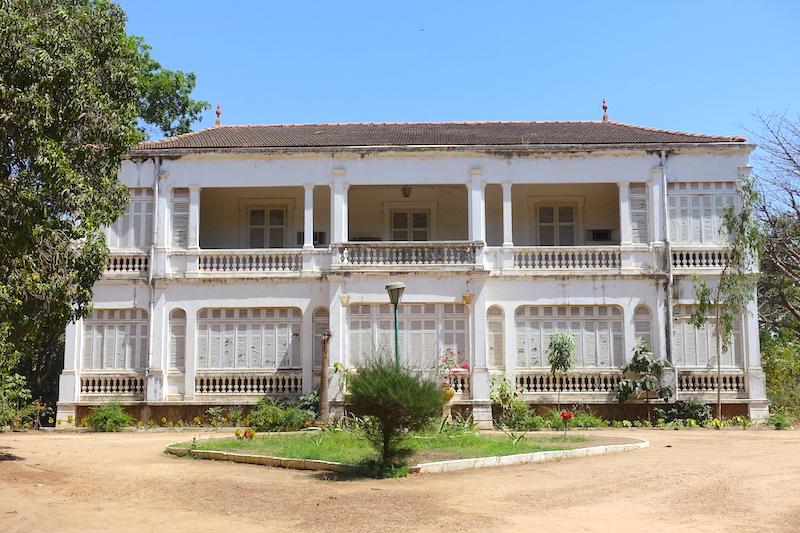 Il y a de très nombreuses mais coloniales à Thiès au Senegal photo blog voyage tour du monde https://yoytourdumonde.fr