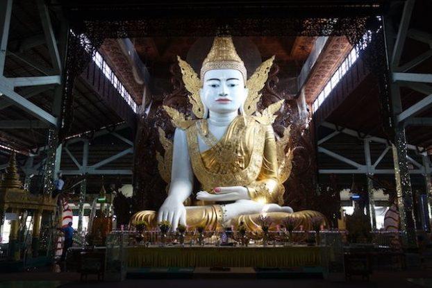 Voici un Bouddha assis magnifiquement decoré et surtout avec de tres belle sculpture en bois a découvrir du coté du temple de Nga Htat Gyi Pagoda photo blog voyage tour du monde https://yoytourdumonde.fr