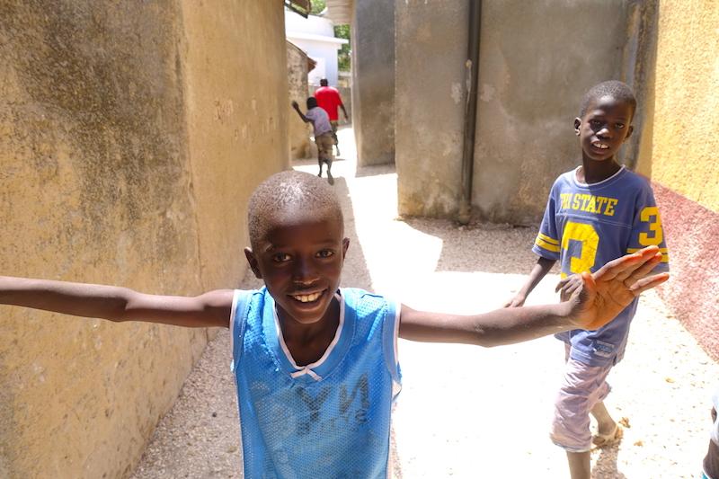 Jeunes rencontrés sur l'ile aux coquillages photo blog voyage tour du monde https://yoytourdumonde.fr
