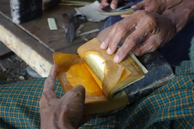 Bouquin ou sont deposé les feuilles d'or quartier des fabricants de feuilles d'or photo voyage tour du monde https://yoytourdumonde.fr