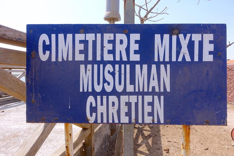 Les chrétiens et musulmans sont encoquillé ensemble dans le cimetière mixte de l'ile aux coquillages. Photo blog voyage tour du monde https://yoytourdumonde.fr