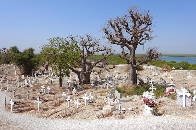 Le cimetière mixte chrétien et musulman de l'ile aux coquillages est vraiment d'une beauté incroyable! Photo blog voyage tour du monde https://yoytourdumonde.fr